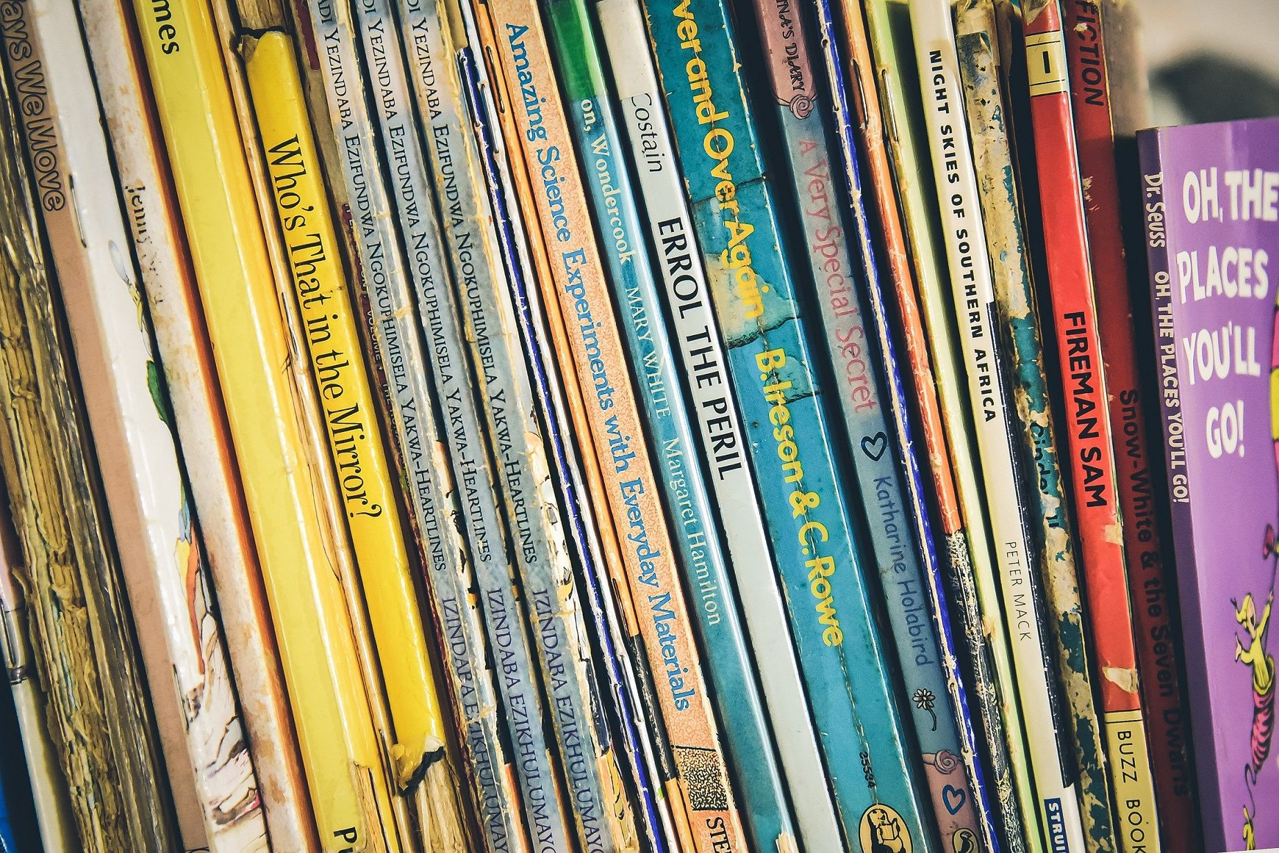 storytelling for international schools featured image bookshelf
